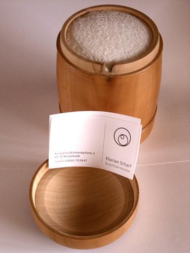 Inzwischen ist das Salzfass auch im Einsatz, gefüllt mit einem Pfund Meersalz, ohne Rieselhilfe. Der Drechsler: Wolfgang Scharf, Michelbach