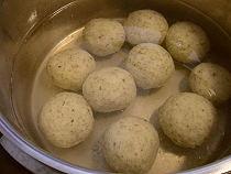 Kartoffelklöße im siedenden Wasser
