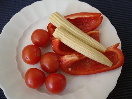 Gemüseteller mit Tomate, Paprika, Deko-Mais