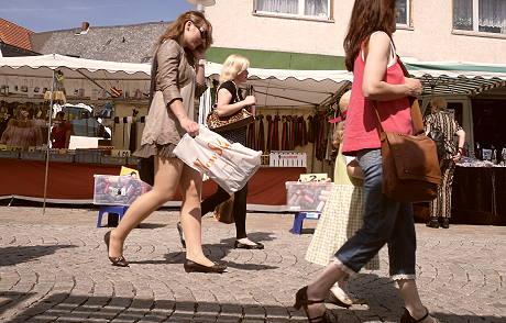 Der Spaziergang in der Stadt - meist mit dem Interesse, günstig einzukaufen verbunden