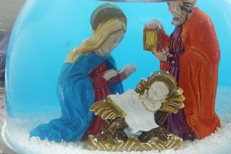 weihnachtliche Krippe im Schüttelglas