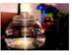 Teekanne und verschiedene Sorten Tee