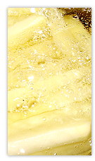 Pommes beim Frittieren in heißem Öl