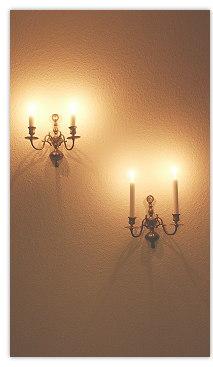 Vier Kerzen auf Kerzenhalter, an der Wand hängend