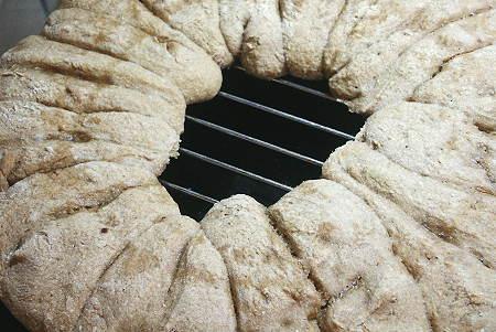 zusamen gebackene Vollkornbroetchen als Ringbrot
