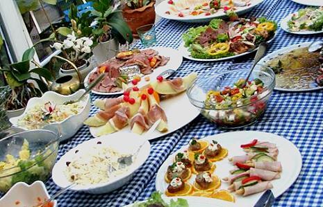 Der gleiche Salat (ohne Linsen) auf dem Büffet (Mitte rechts)