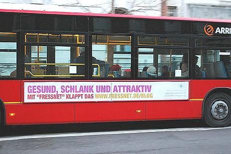 Bus mit Werbung für Gesundheits-Weblog