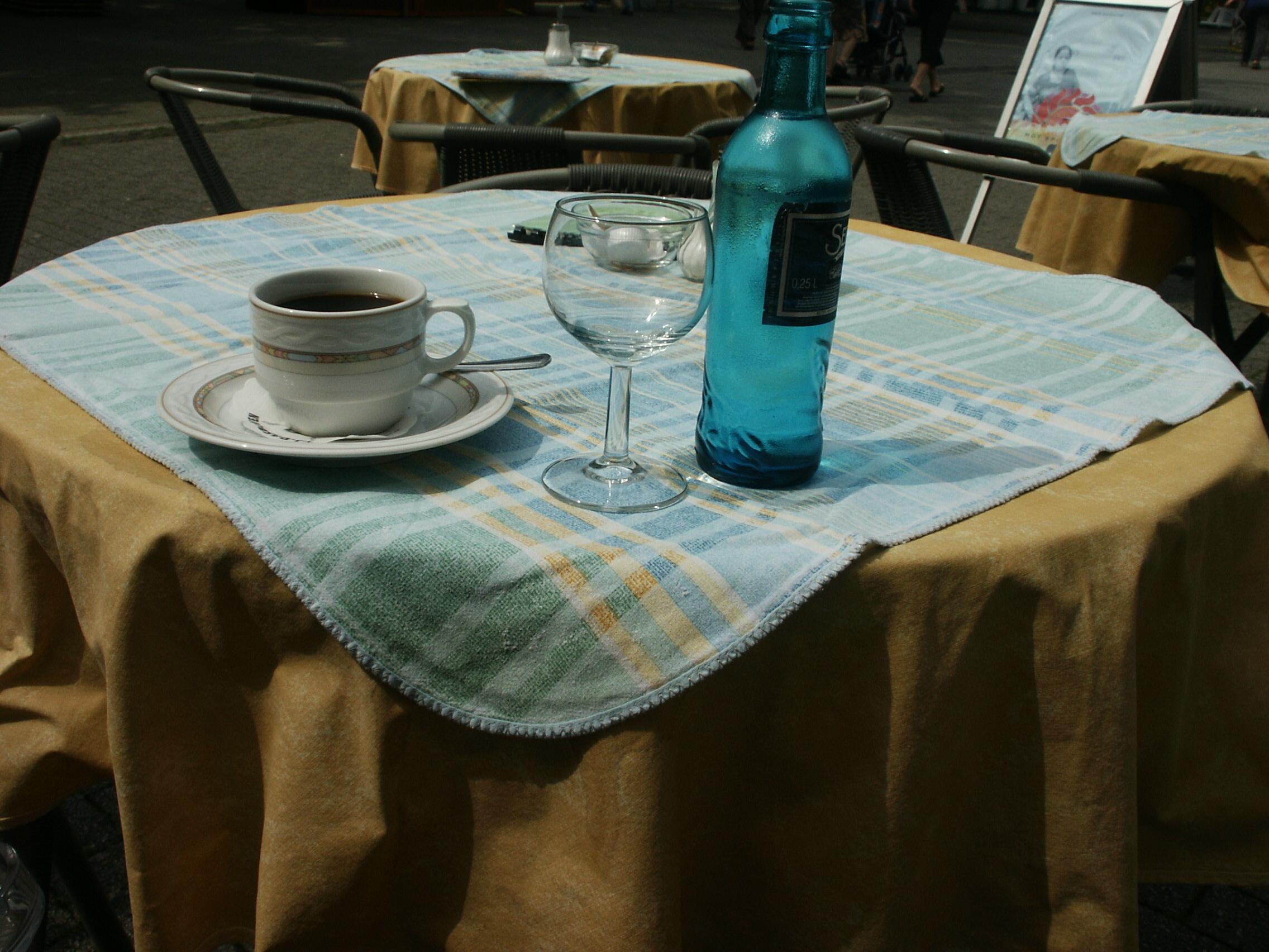 Kaffeetasse, gefült und Wasser