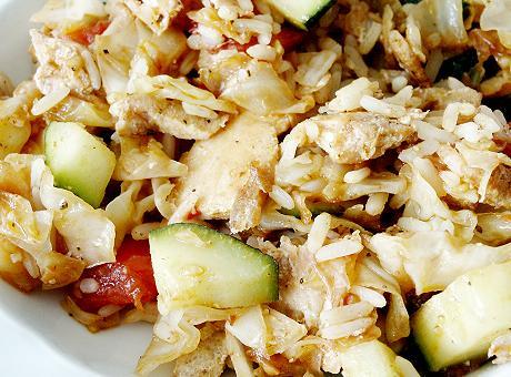 Reispfanne mit Ingwer, gedünsteten Kohl, Putenfleischstreifen, Tomate, Zucchini, Reis....